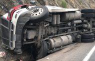 El chófer de un trailer se da a la fuga tras volcar, en la carretera Mérida-Cancún