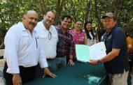 Le cumplen a cooperativas de Celestún: Entregan facturas de lanchas y motores