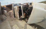 Pierde el control de su trailer y vuelca, por evitar atropellar a un motociclista