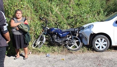 Por conducir a exceso de velocidad choca a un motociclista que resultó herido, en Peto