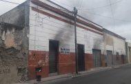 Por quemar basura, se incendia una casa abandonada, en el Centro Histórico