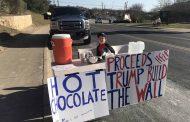 """""""Pequeño Hitler"""" vende chocolate caliente para ayudar a Trump a construir el muro"""