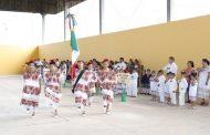 Alumnos de preescolar y primaria de educación indígena realizan demostración de escoltas