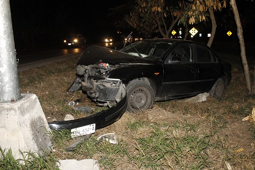Por conducir ebrio cae a una hondonada y choca contra un poste de luz: sale ileso