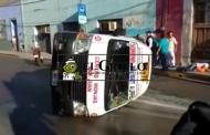 Vuelca una combi de Caucel, tras ser chocada por un Mazda, en el Centro: hay nueve heridos